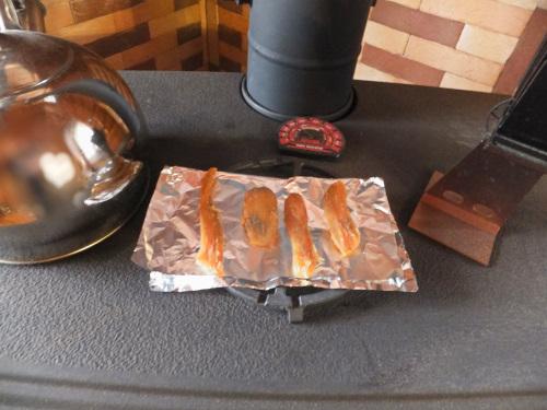 干芋を薪ストーブの上で温める